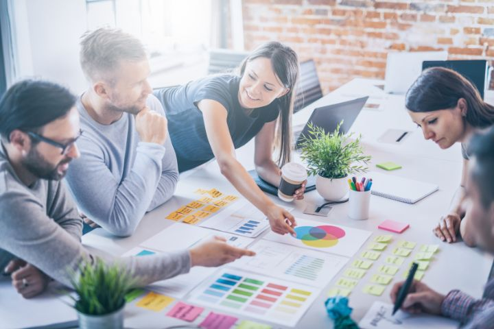 民間企業と公務員の違いは何?特徴や仕事内容をご紹介!
