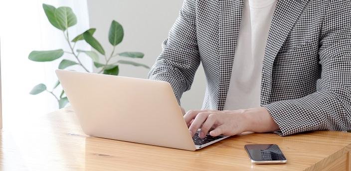 パソコンでメールを送る男性の画像
